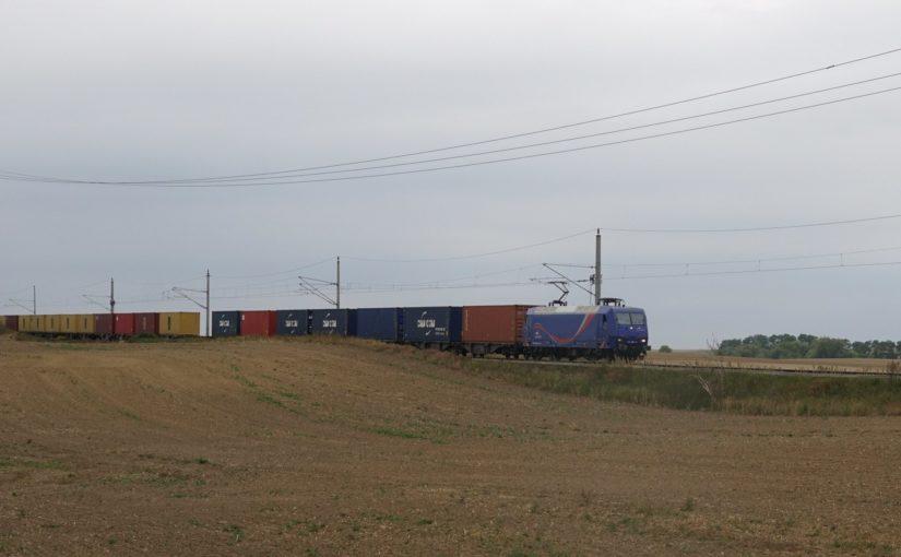 145 087-3 mit einem Containerzug auf der Angermünde-Schwedter-Eisenbahn