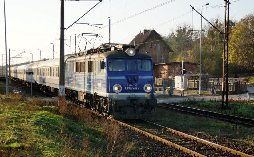 EP07-372 durchfährt den Bahnhof von Krostkowo