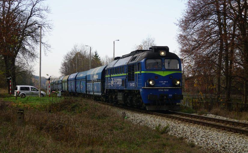 ST44-1232 mit einem leeren Kohlependel in Nietków
