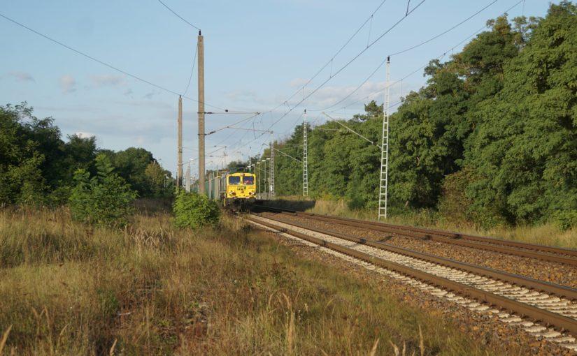 FPL 66006 mit einem Zug aus offenen Güterwagen im Bahnhof Britz
