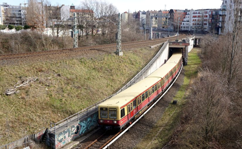 S85 nach Berlin Pankow im Gleisdreieck