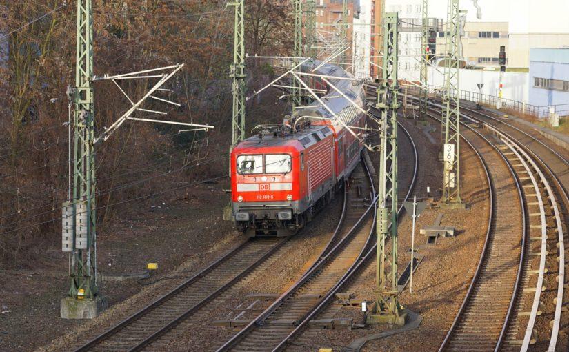 112 189-6 mit dem RE3 vor der Hochstraßenbrücke
