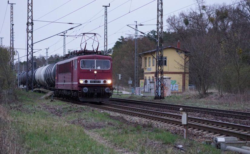 250 137-7 mit einem Zug aus Kesselwagen