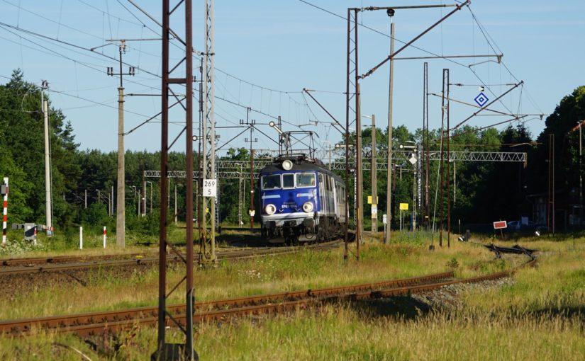 TLK 85100 nach Gdansk Glówny durchfährt den Bahnhof von Worowo