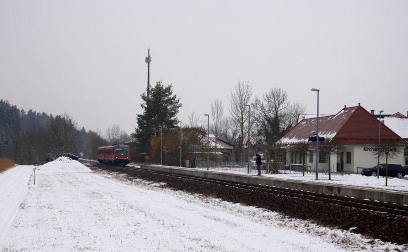 RB27085 nach Freilassing erreicht den Bahnhof Kirchanschöring