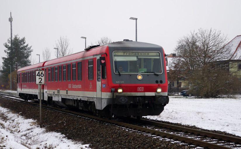628 585 verläßt den Bahnhof Kirchanschöring in Richtung Freilassing