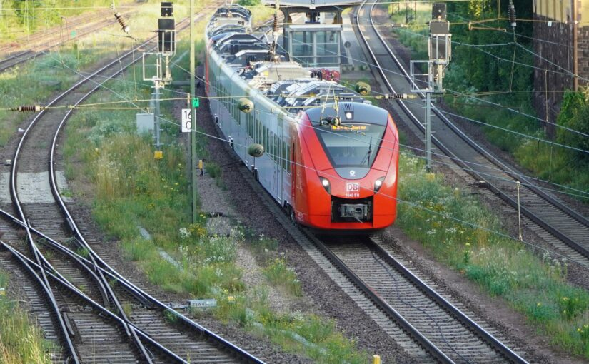 RB 12553 nach Homburg (Saar) Hbf verläßt den Bahnhof Bous