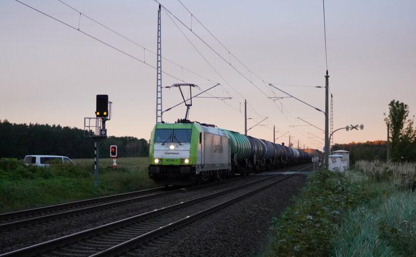 Captrain 185 649-1 mit einem Kesselwagenzug nach Süden